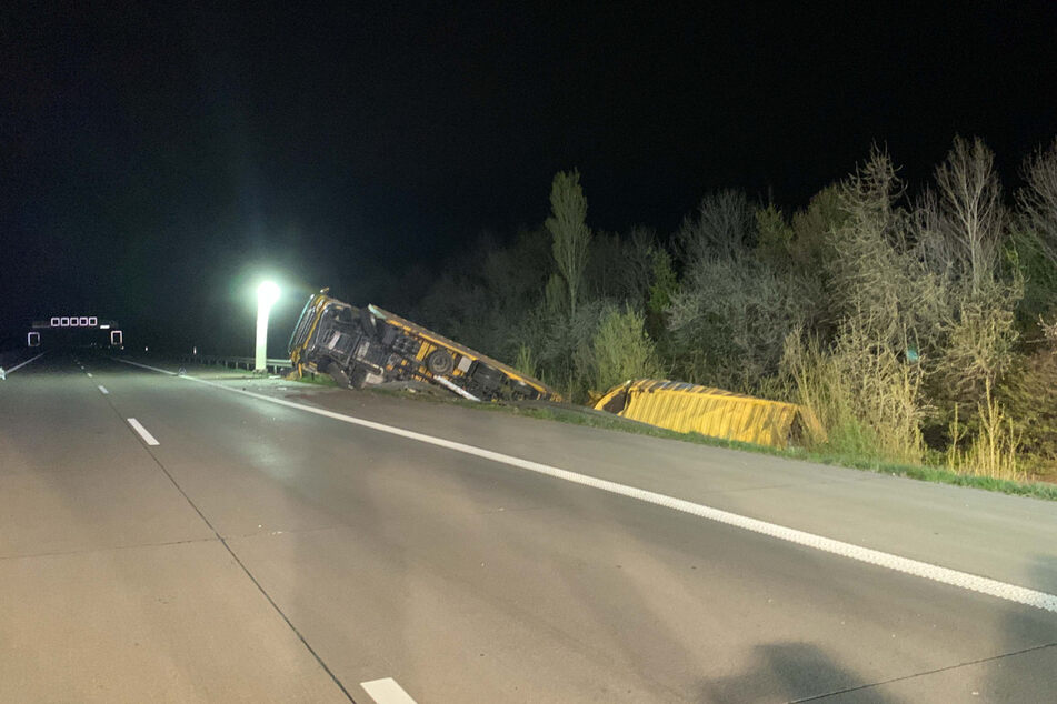 Bei einem Unfall auf der A14 war ein Lastwagen samt Anhänger in den Graben gekippt.