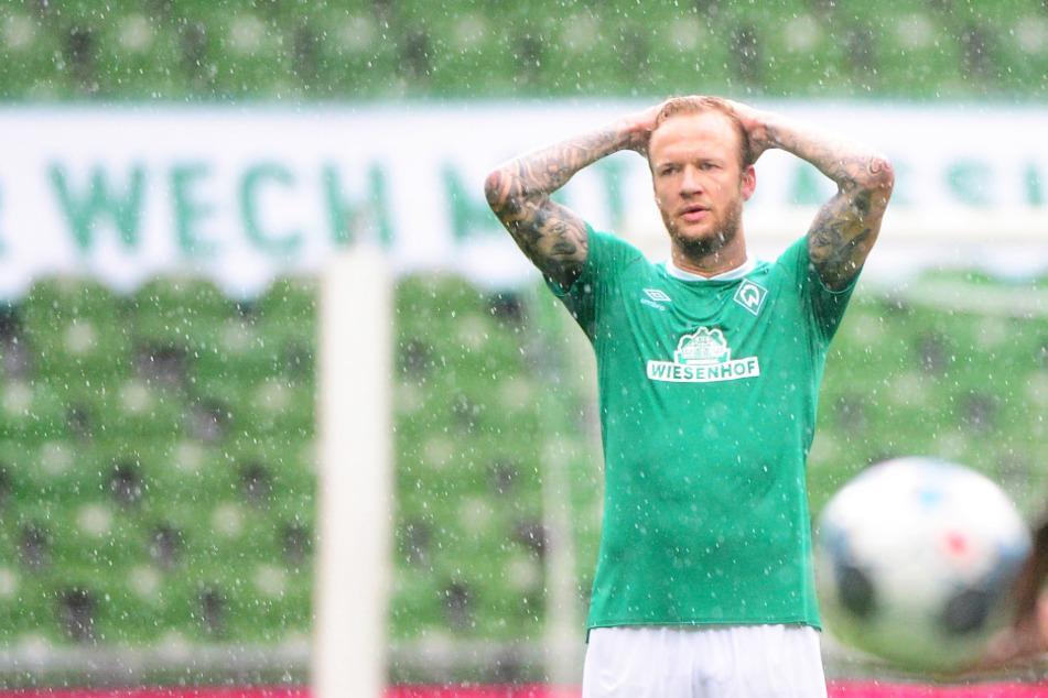 Werder Bremen um Abwehrspieler Kevin Vogt steht aktuell im wahrsten Sinne des Wortes im strömenden Regen.