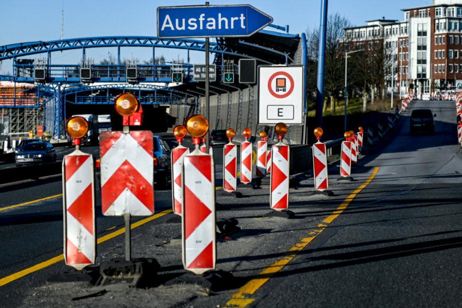 Fahrzeuge passieren die Warnschilder einer Autobahnbaustelle an der Auffahrt zu A7 in Hamburg Stellingen.