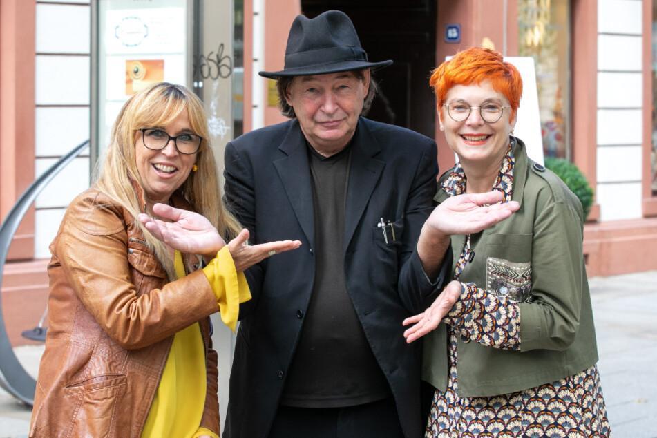Als Anwohner des Viertels freut sich Galerist Holger John (Mitte) zusammen mit TAG24-Reporterin Katrin Koch, dass im Kügelgenhaus bei Heike Jack (l.) wieder gelacht wird.