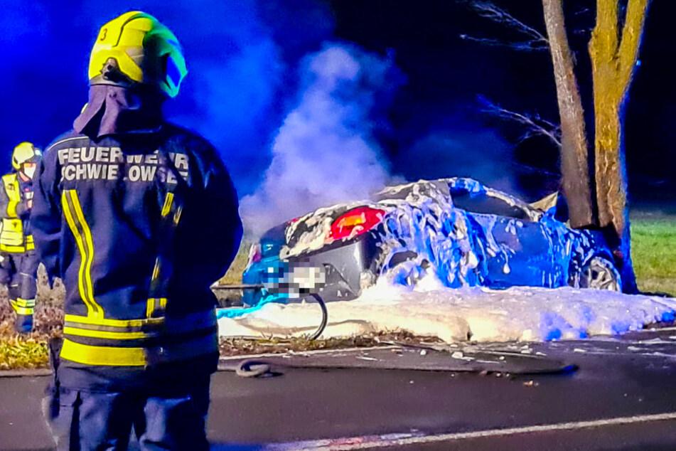 Auto prallt gegen Baum und geht in Flammen auf: Fahrer stirbt noch am Unfallort!