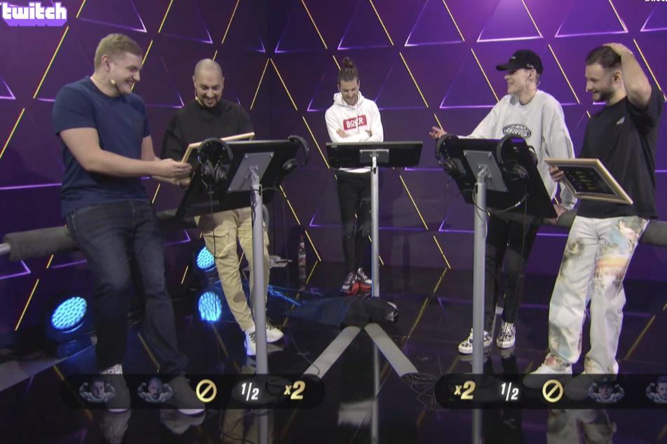 """Die Twitch-Streamer Trymacs (l.), Amar (2.v.l.), inscope21 (r.) und unsympathischTV (2.v.r.) bei der Game-Show """"Teammates"""", die von Riccardo Basile moderiert wurde."""