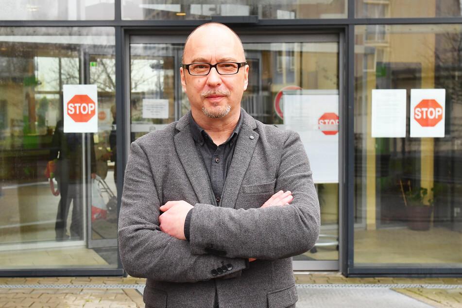 """Heimleiter Matthias Schmiedel vor dem gesperrten Eingang desSeniorenwohnheims """"Domizil am Zoo""""."""