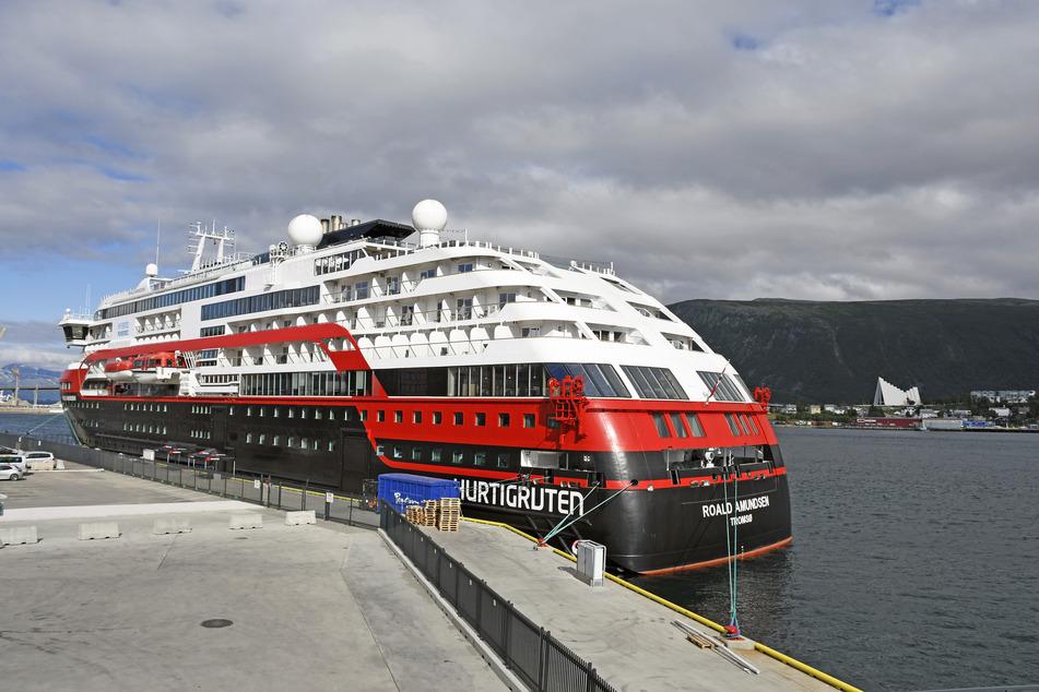 """Das Passagierschiff """"MS Roald Amundsen"""" liegt am Kai. Nach dem Ausbruch des Coronavirus unter der Besatzung der """"Roald Amundsen"""" in Norwegen ist das Virus mittlerweile bei 36 Crew-Mitgliedern nachgewiesen worden."""