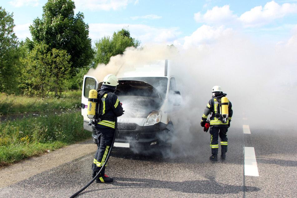 Die Feuerwehr löscht den brennenden Transporter.