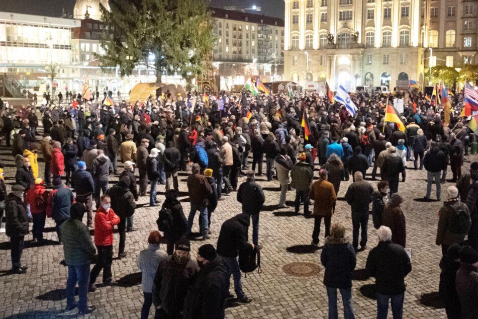 """Nach der umstrittenen """"Querdenken""""-Demo in Leipzig haben Redner der islam- und ausländerfeindlichen Pegida-Bewegung in Dresden die von Bund und Ländern beschlossenen Coronavirus-Maßnahmen kritisiert."""