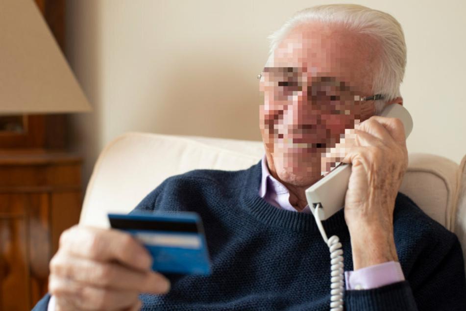 Der Rentner gab am Telefon seine Kreditkartendaten weiter. (Symbolbild)