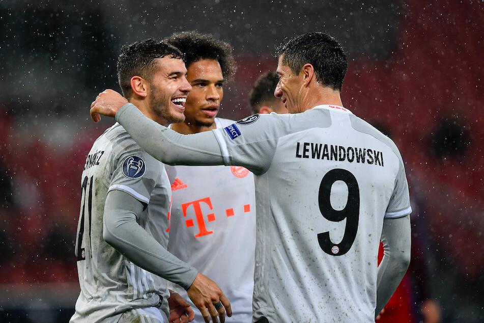 Bayerns Torschützen Lucas Hernandez, Leroy Sane und Robert Lewandowski (v.l.n.r.) feiern den 6. Treffer der Münchner durch Hernandez.