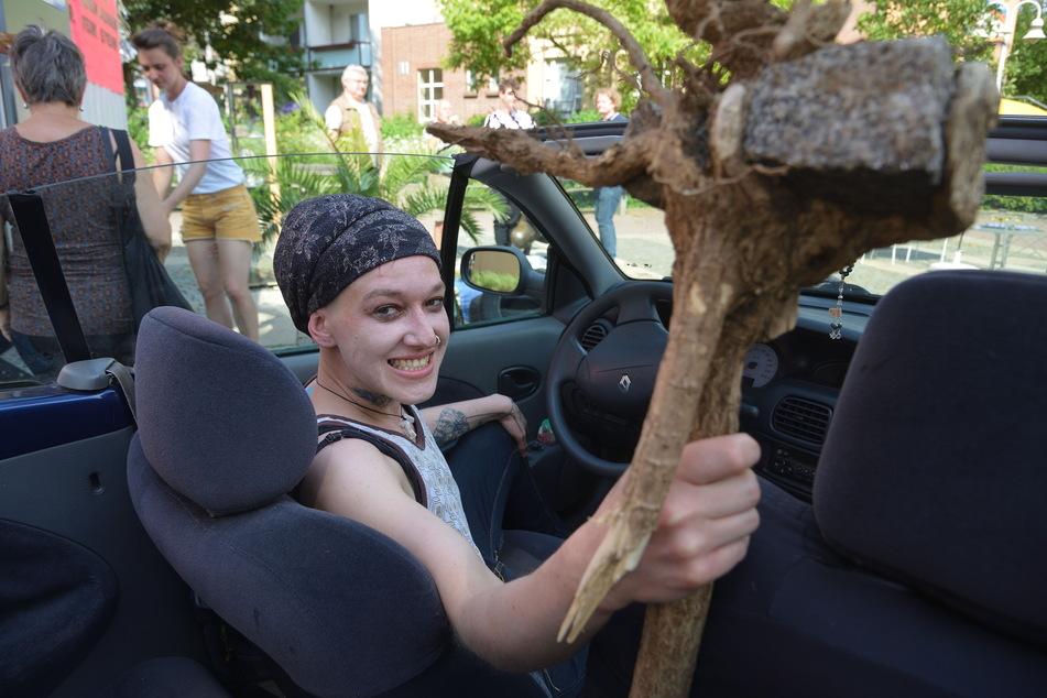 Dieser in einer Wurzel gefangene Stein ist große Kunst - Lydia Thomas (33) aus Chemnitz gewann damit einen Wettbewerb und ein Renault Cabrio.
