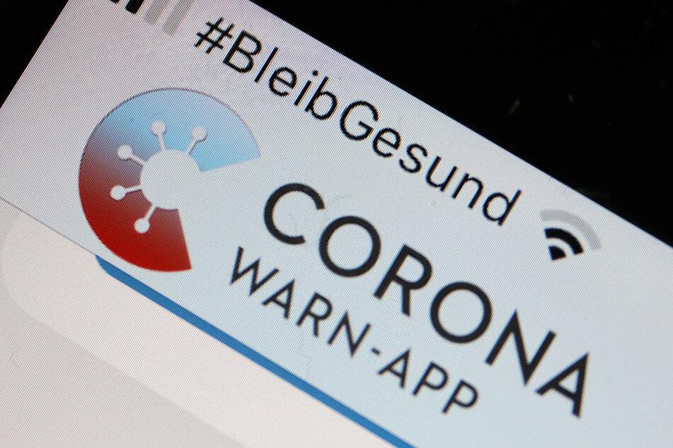 Die Corona-Warn-App hilft dabei, mögliche Infektionsketten nachzuvollziehen.