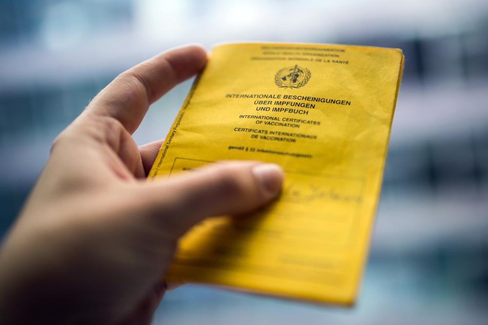 In Zeiten von Corona boomt der illegale Handel mit gefälschten Impfpässen. Die Kölner Polizei hat daher eine eigene Ermittlungsgruppe eingerichtet.