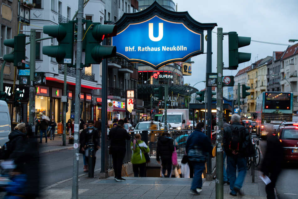 Menschen gehen zum U-Bahnhof Rathaus Neukölln. In Neukölln steigen die Infektionszahlen des Coronavirus seit mehreren Tagen an.