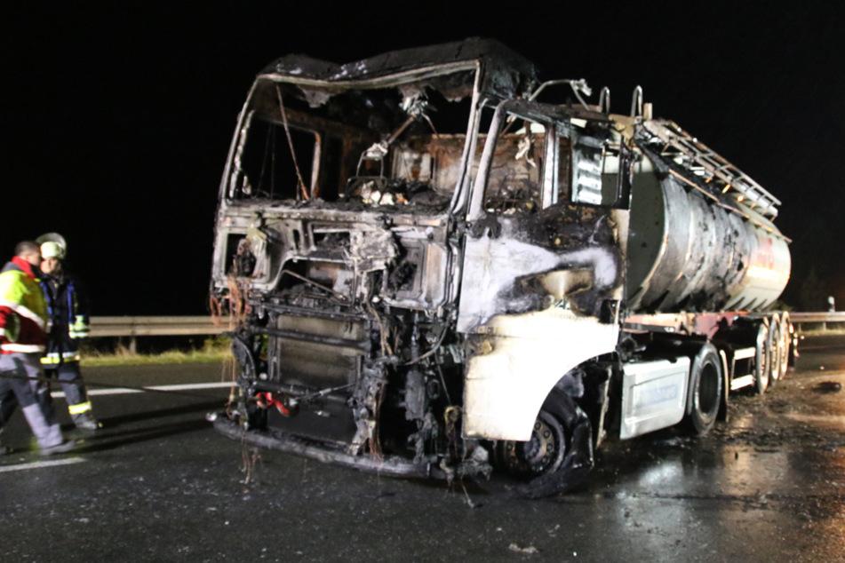 Inferno auf der Autobahn: Tankzug fängt während der Fahrt Feuer