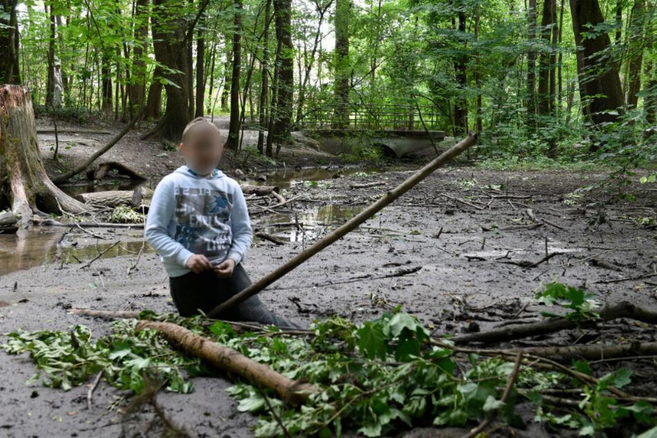 Der Junge steckte bis zur Hüfte in dem Sumpf fest.