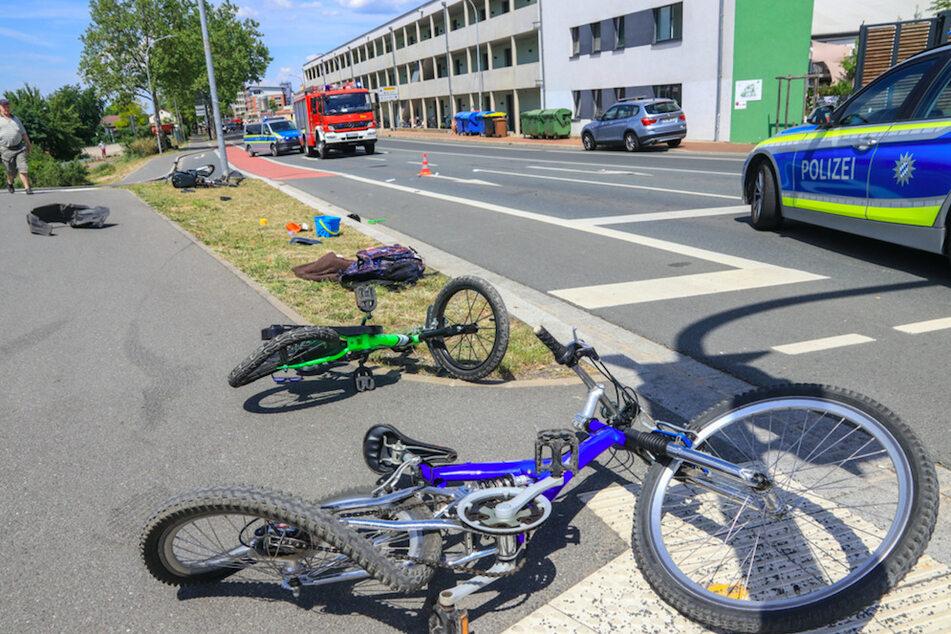 Auto rast in Gruppe von Radfahrern: Mutter und Kinder verletzt