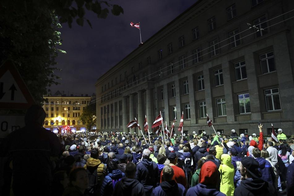 Schon im August gab es in Riga Demonstranten gegen eine Impfpflicht. In Lettland ist nur knapp die Hälfte der 1,9 Millionen Einwohner vollständig gegen Corona geimpft. Die Regierung bemüht sich seit Monaten mit nur mäßigem Erfolg, die geringe Impfbereitschaft der Bevölkerung zu erhöhen.