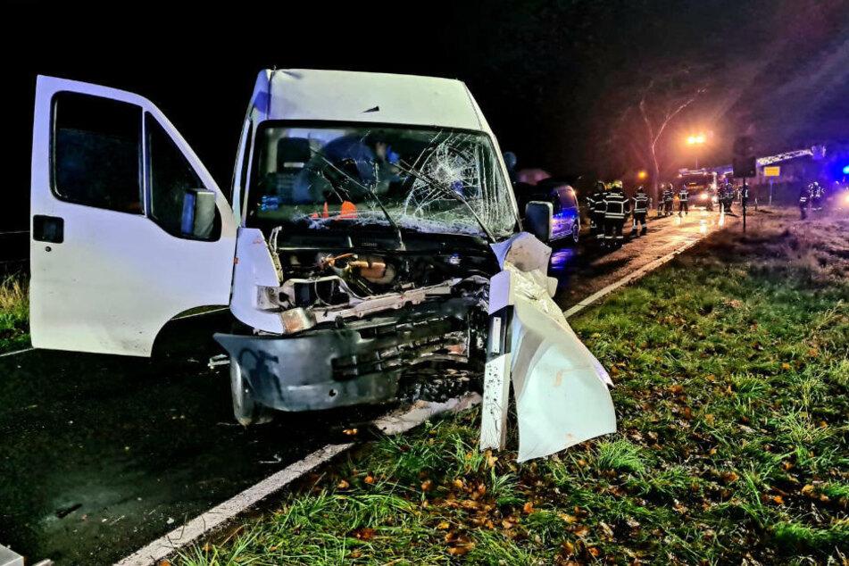 Der völlig zerstörte Transporter steht quer auf der kleinen Verbindungsstraße.