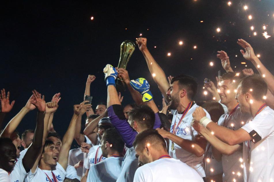 Der FC Noah Yerevan stemmte den armenischen Pokal am Ende dieses denkwürdigen Spiels in den Nachthimmel.