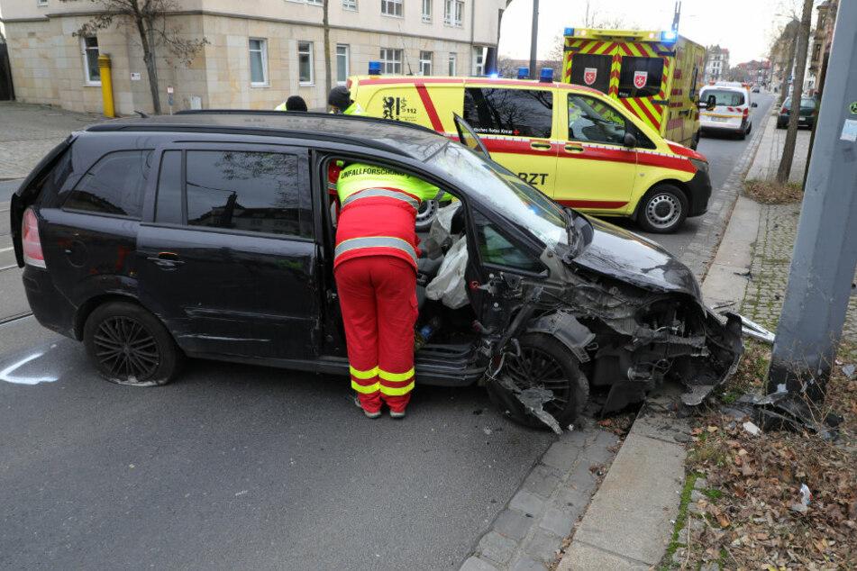 Der schwarze Opel fuhr gegen einen Oberleitungsmast der Straßenbahn. Die Unfallforschung untersucht den Vorgang des Unglücks.