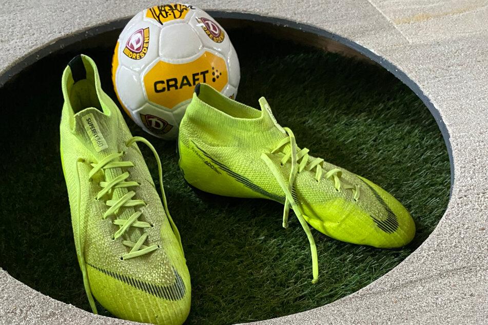 """Diese Schuhe von Niklas Kreuzer sollen ordentlich Kohle für die Initiative """"Lacrima"""" einbringen."""
