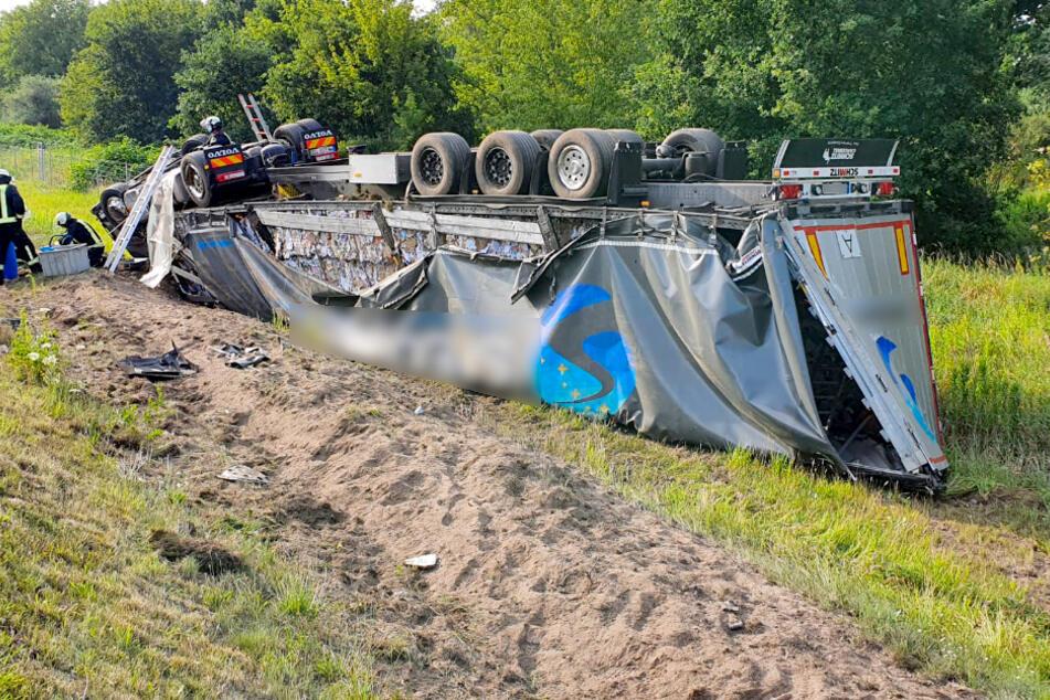 Der Laster überschlug sich mehrfach und landete im Straßengraben.