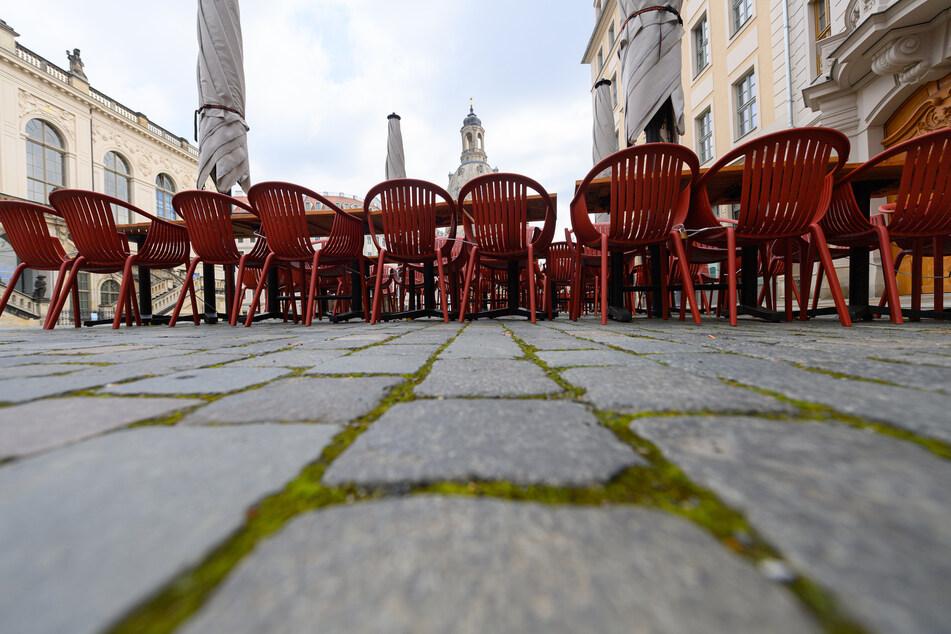 Tische und Stühle sind vor einem Restaurant aufgestellt. Für vollständig Geimpfte und genesene Menschen sollen bald zahlreiche Corona-Beschränkungen entfallen.