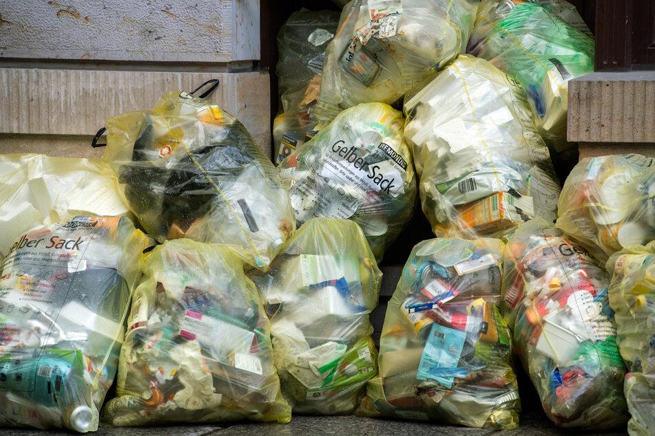 Neben dem Restmüll sollen auch Verpackungsabfälle (gelber Sack) und Biomüll für die Dauer der Quarantäne über die Restmülltonne entsorgt werden. Alle anderen trennen und entsorgen bitte wie bisher.