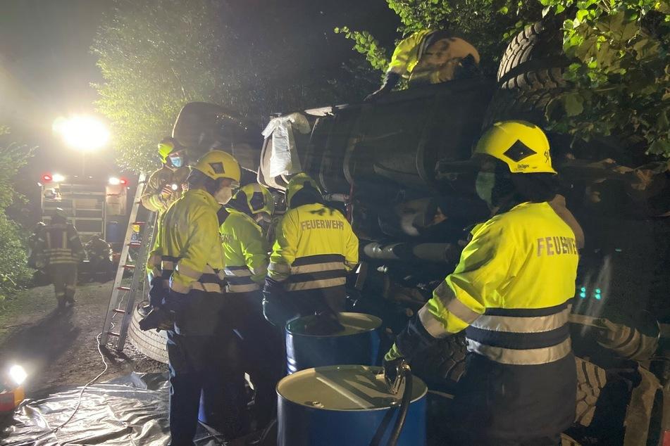 Die Feuerwehr stoppte zunächst den weiteren Austritt von Kraftstoff sowie Hydrauliköl. Noch in der Nacht wurden die Tanks des Lasters leergepumpt.