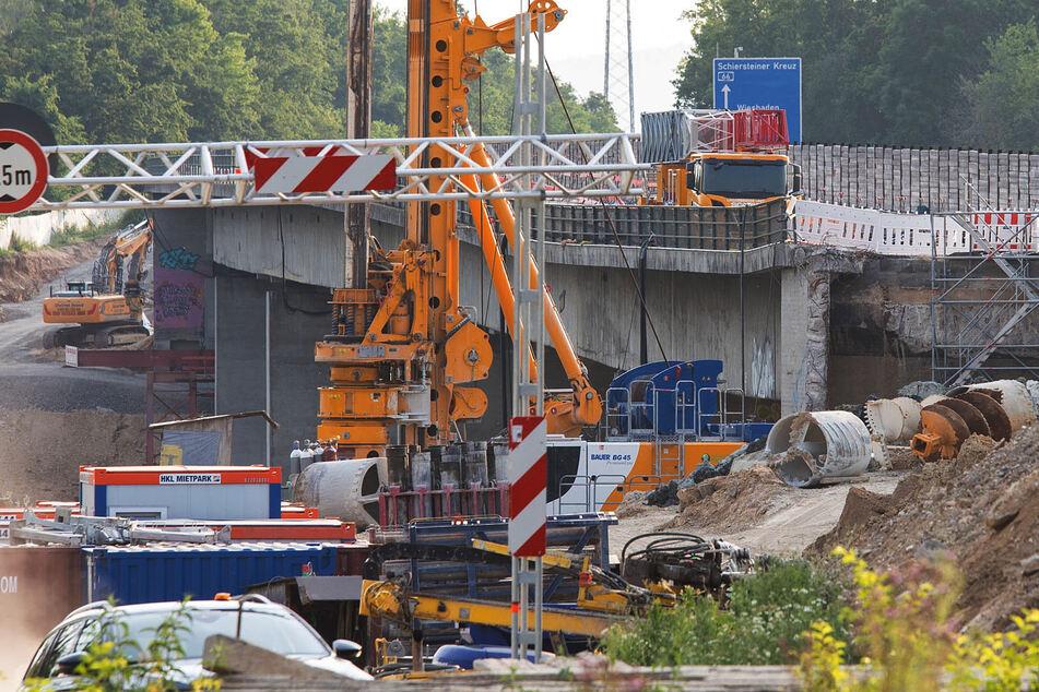 Ein Baustellenbereich an der Salzbachtalbrücke. Wegen möglicher Probleme mit der Statik ist die Autobahn-66-Brücke über das Salzbachtal in Wiesbaden bereits am Freitag komplett für den Verkehr gesperrt worden.