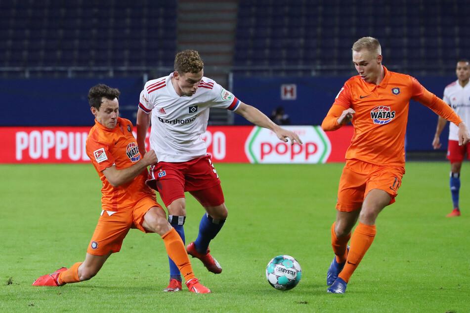 Clemens Fandrich (l.) versucht, dem Hamburger Moritz Heyer den Ball abzujagen. Aue Mittelfeldmann stand in der Partie zum ersten Mal in dieser Saison von Beginn an auf dem Platz.