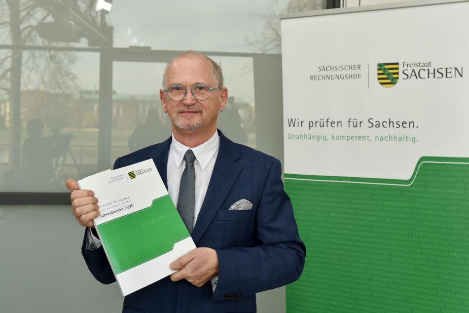 Karl-Heinz Binus (66) mit dem Bericht des Rechnungshofes für 2020.