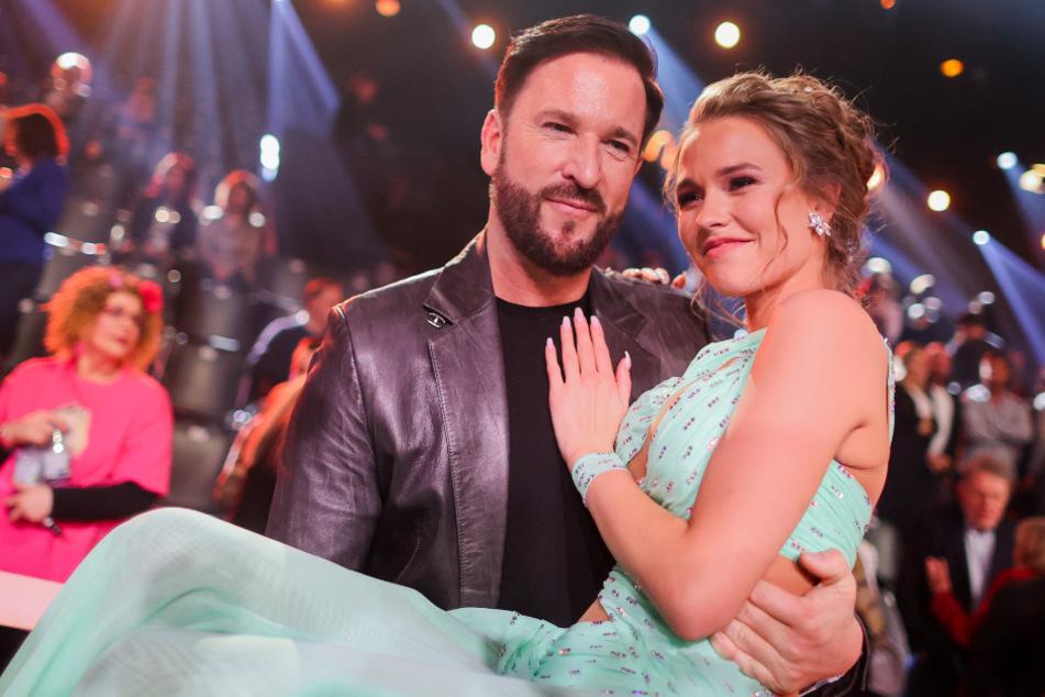 """Im Jahr 2020 noch zusammen im Fernsehen zu sehen. Michael Wendler (48) trägt bei """"Let's Dance"""" Laura Müller auf Händen."""