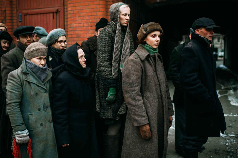 Iya (3.v.r., Viktoria Miroshnichenko) und Masha (2.v.r., Vasilisa Perelygina) versuchen, im Leningrad der Nachkriegszeit zu überleben.
