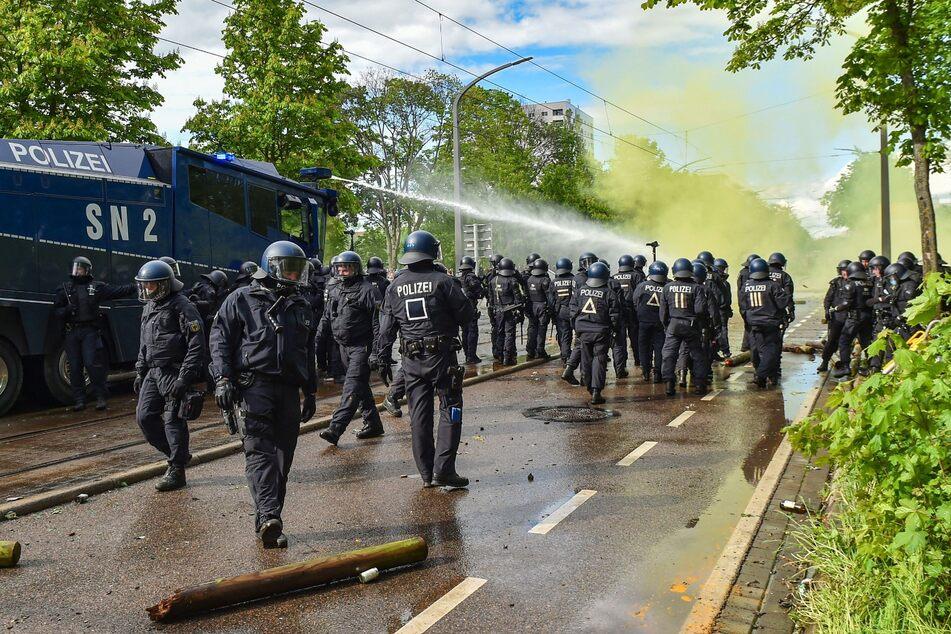 Auf der Lennéstraße standen sich Polizei und Krawallmacher am Pfingstsonntag gegenüber. Mehr als 100 Polizisten wurden verletzt.