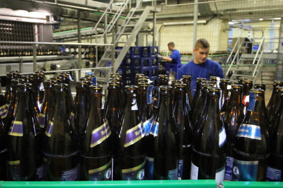 Flaschen werden in der Landskron-Brauerei befüllt.