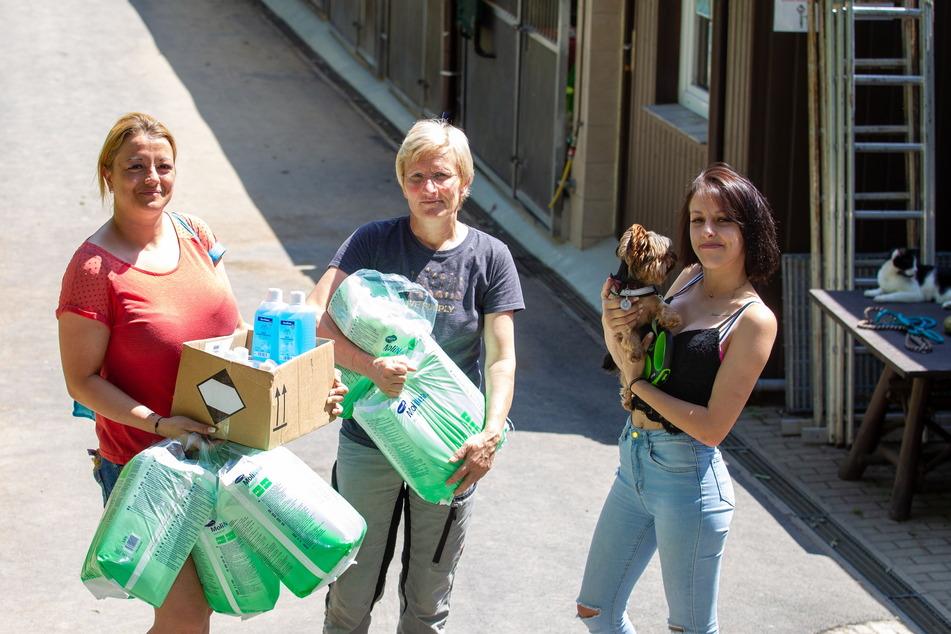 Tierheimleiterin Katrin Soellner (55, M.) freut sich über viele Spenden. Eva Pflug (l.) und Samentha Postier brachten Hygieneartikel vorbei.