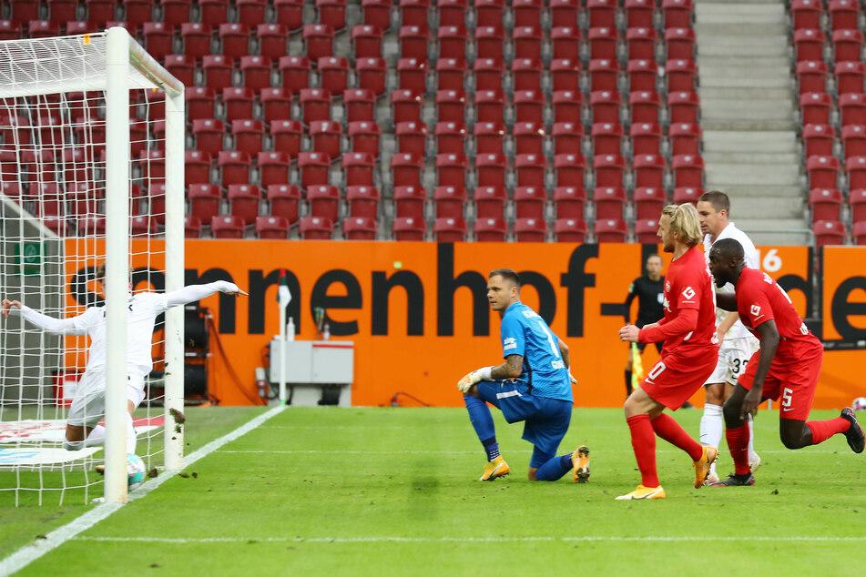 60. Minute: Mads Pedersen kratzt den Ball von Dayot Upamecano (r.) von der Linie.