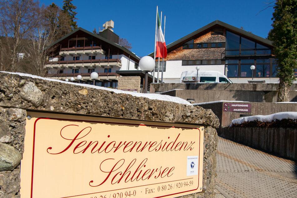 """Ein Schild mit der Aufschrift """"Seniorenresidenz Schliersee"""" steht vor der betroffenen Einrichtung in Oberbayern."""