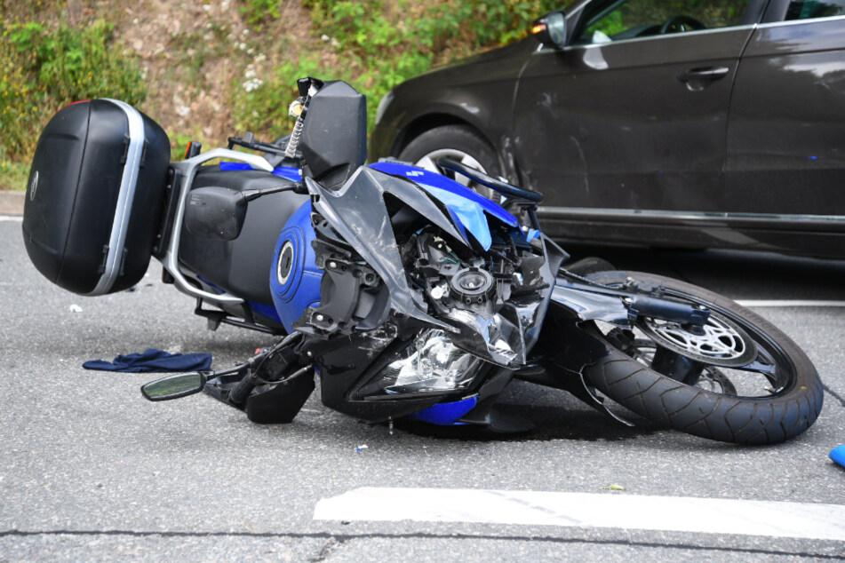 Auto und Motorrad prallen zusammen: Biker stirbt