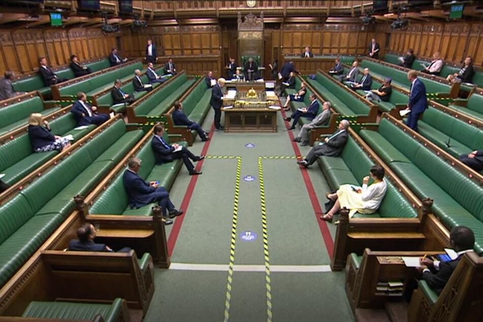 """Boris Johnson (M.,Pult,l.), Premierminister von Großbritannien, spricht im britischen Unterhaus bei den """"Prime Ministers Questions"""" (Fragen an den Premierminister)."""