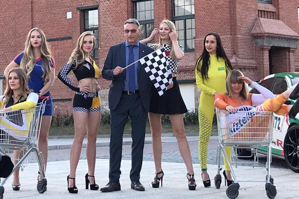 Grid Girls posen jetzt mit anderen Wagen