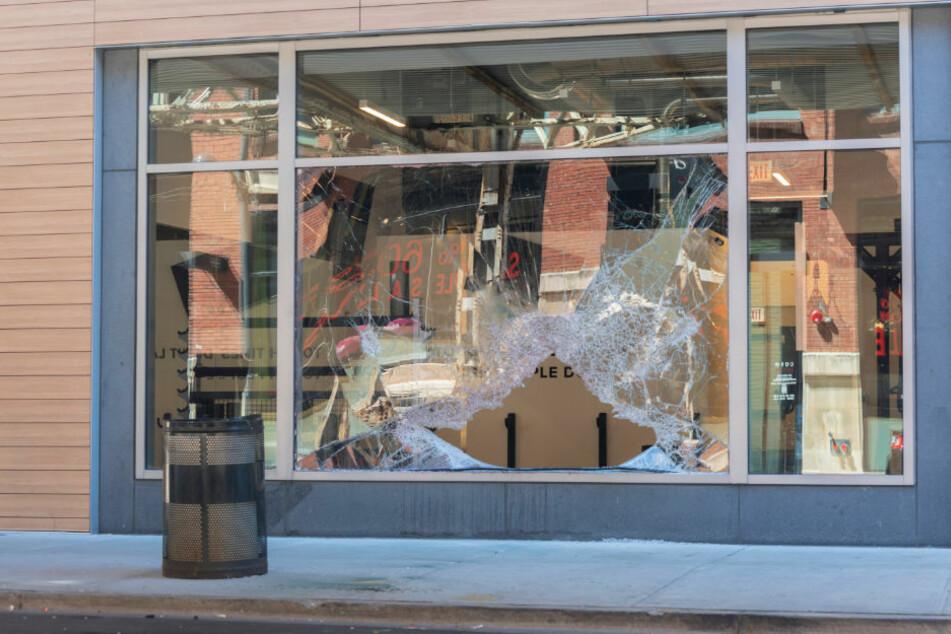 Zwei unbekannte Männer sind am Dienstagmorgen mit dem Heck ihres Auto in das Schaufenster eines Designer-Shops gekracht und haben teure Handtaschen erbeutet. (Symbolbild)