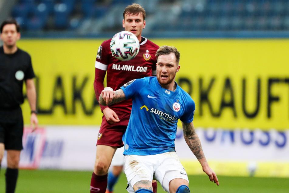 Jan Löhmannsröben (29, r.) ist beim Tabellendritten FC Hansa Rostock Stammspieler im defensiven Mittelfeld. Hier schirmt er den Ball vor Dynamo Dresdens Stürmer Christoph Daferner (23) ab.