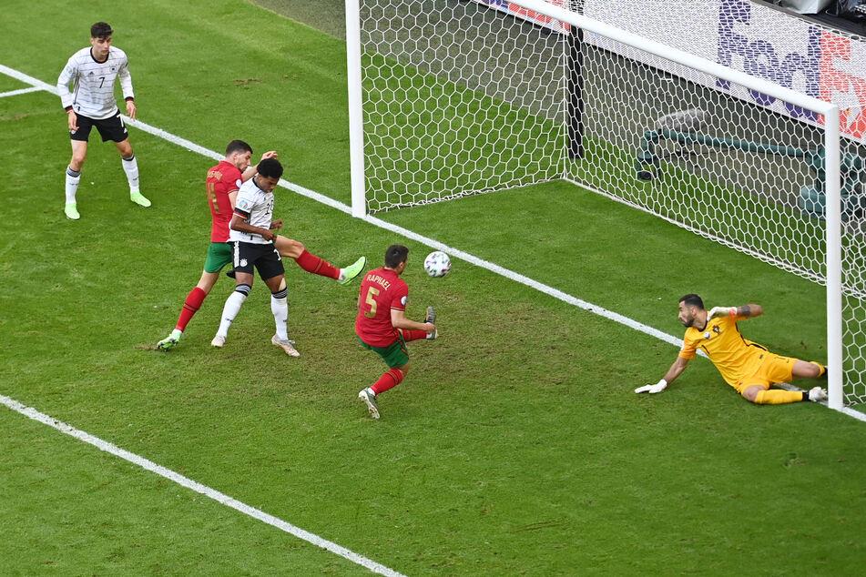 BVB-Profi Raphael Guerreiro (2.v.r.) drückt die Kugel unglücklich mit dem linken Schienbein zum 2:1 für Deutschland über die Linie.