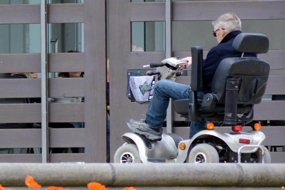Rabiat auf dem Motor-Rollstuhl: Mann greift mit Krücke Polizist an