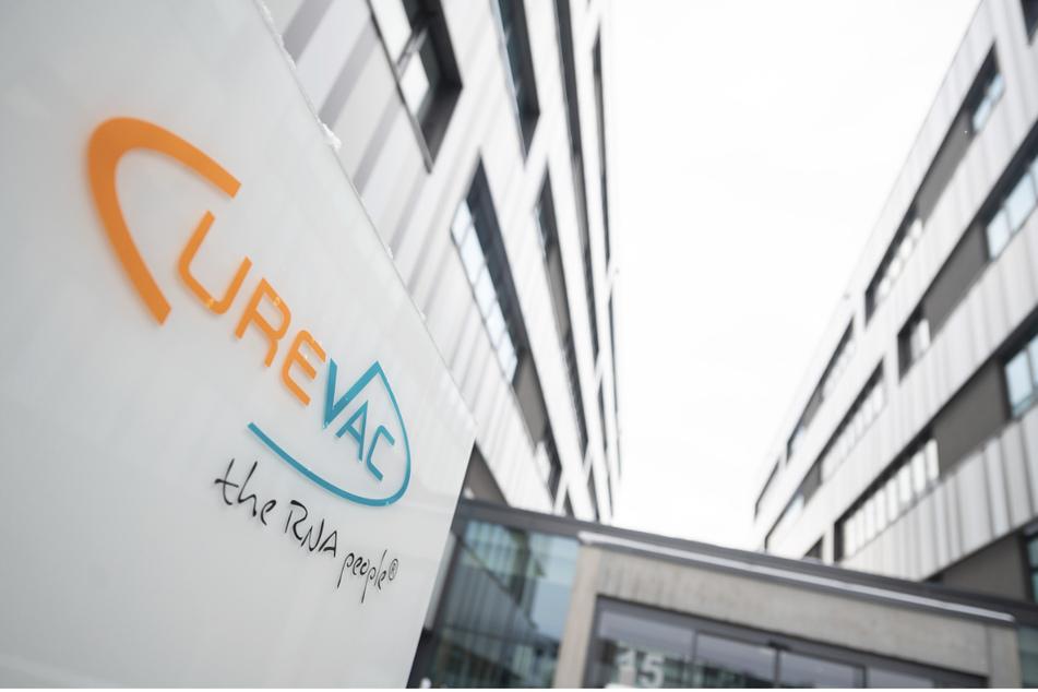 Im Rennen um die Markteinführung eines weiteren hochwirksamen Corona-Impfstoffs hat die Tübinger Biopharmafirma Curevac einen schweren Rückschlag öffentlich gemacht.