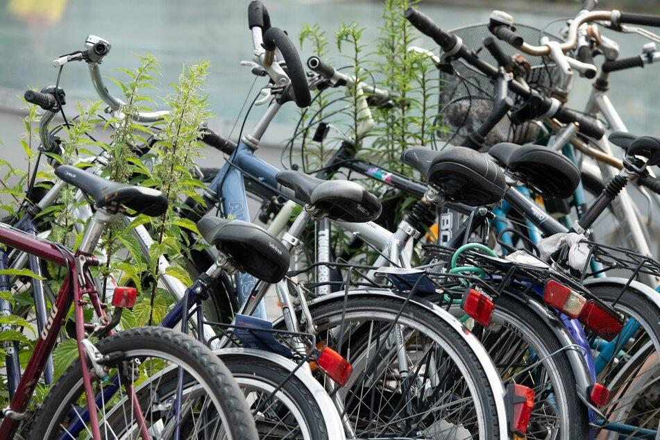 An zahlreichen Stationen gibt es nur wenige bis keine Parkmöglichkeiten für Fahrräder.