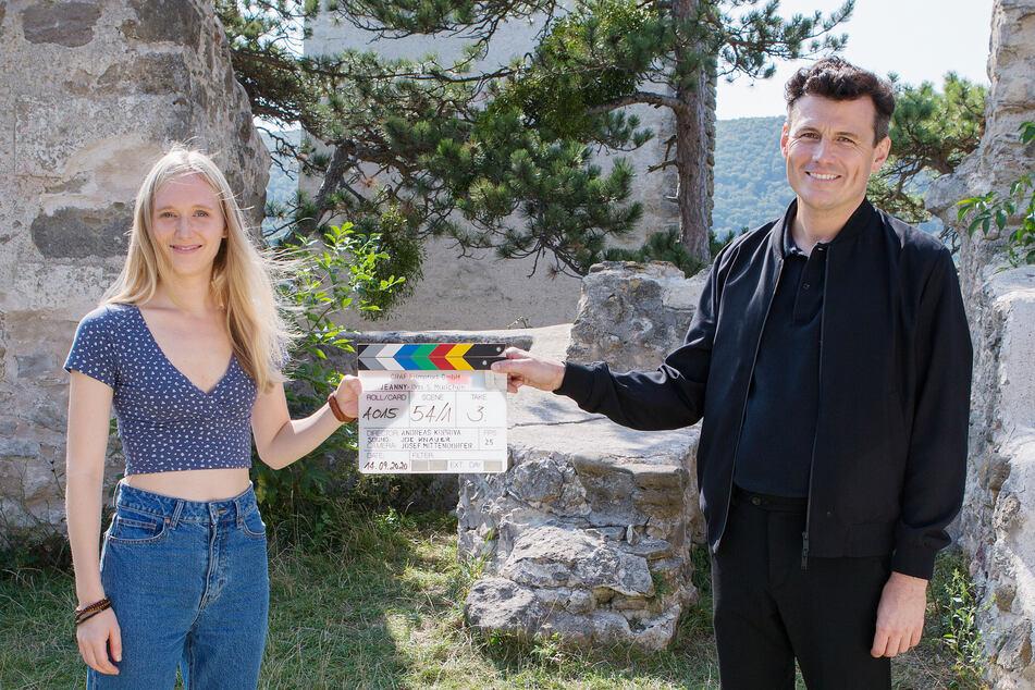 Vor der Kamera steht ein österreichisch-deutsches Ensemble u. a. mit Theresa Riess und Manuel Rubey.