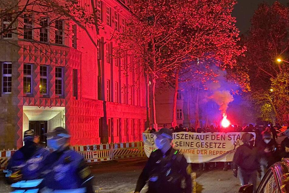 Flaschenwürfe und Bengalos: Antifa-Demo zieht durch Leipzig