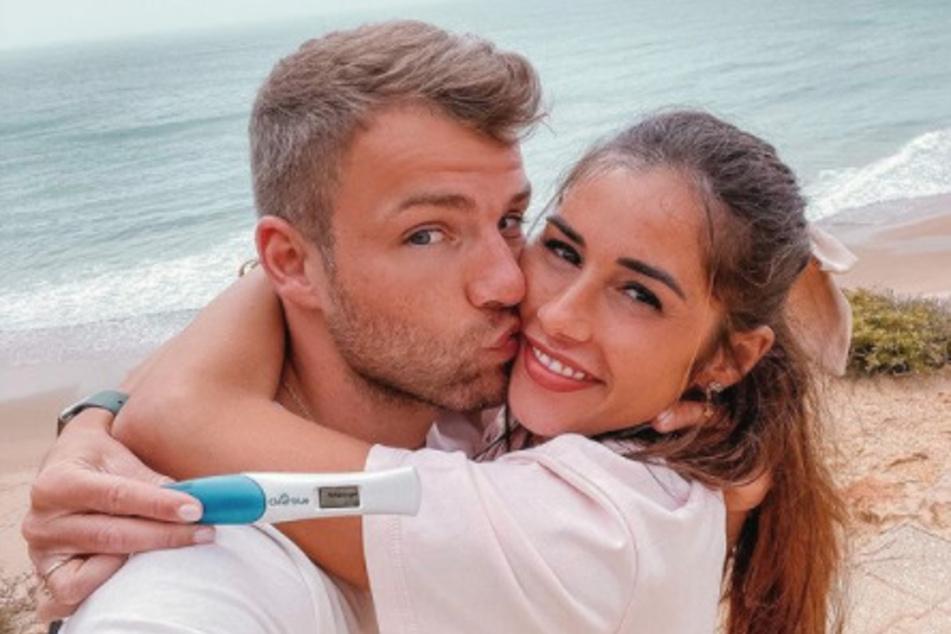 Sarah und ihr Ehemann Julian Engels (geb. Büscher, 28) erwarten ihr erstes gemeinsames Kind.